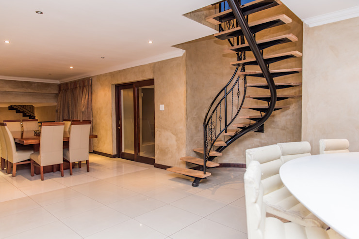 Escaleras de estilo  por TOP CENTRE PROPERTIES GROUP (PTY) LTD