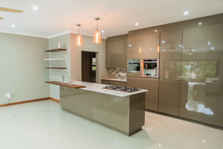 Gamito Residence: The kitchen Modern Kitchen by TOP CENTRE PROPERTIES GROUP (PTY) LTD Modern