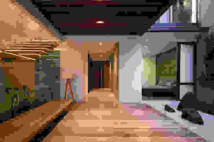 Asian style corridor, hallway & stairs by Rakta Studio Asian
