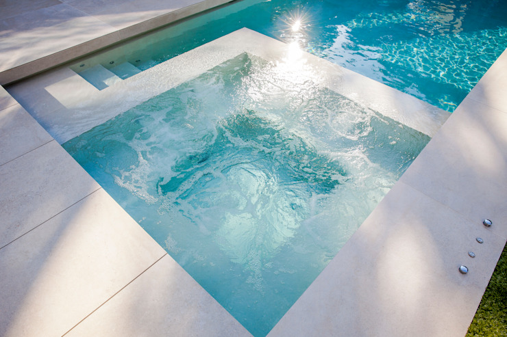 Outdoor Hydrotherapy Pool & Spa Piscinas de estilo moderno de London Swimming Pool Company Moderno Concreto