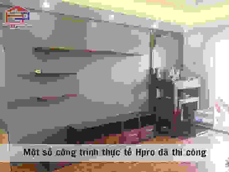Ảnh thực tế nội thất phòng khách gỗ xoan đào nhà anh Trọng ở Linh Đàm: Châu Á  by Nội thất Hpro, Châu Á