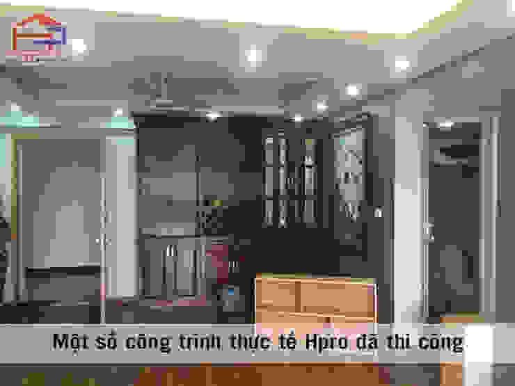 Ảnh thực tế tủ rượu gỗ xoan đào trong nội thất phòng khách nhà anh Trọng ở Linh Đàm: Châu Á  by Nội thất Hpro, Châu Á
