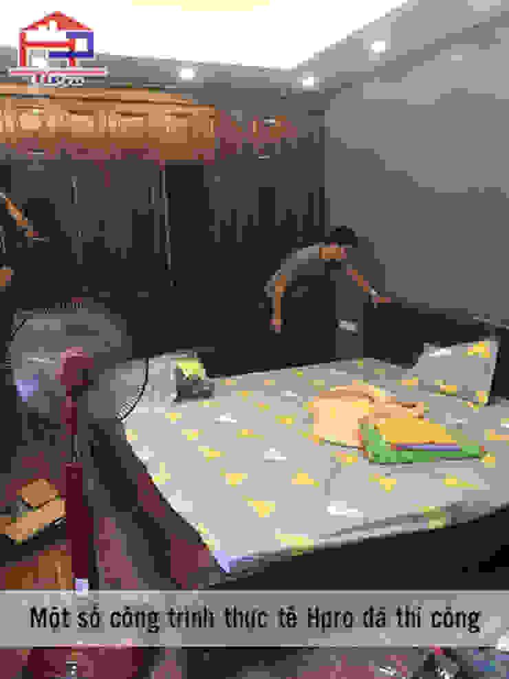 Ảnh thực tế nội thất phòng ngủ master nhà anh Trọng ở Linh Đàm: Châu Á  by Nội thất Hpro, Châu Á