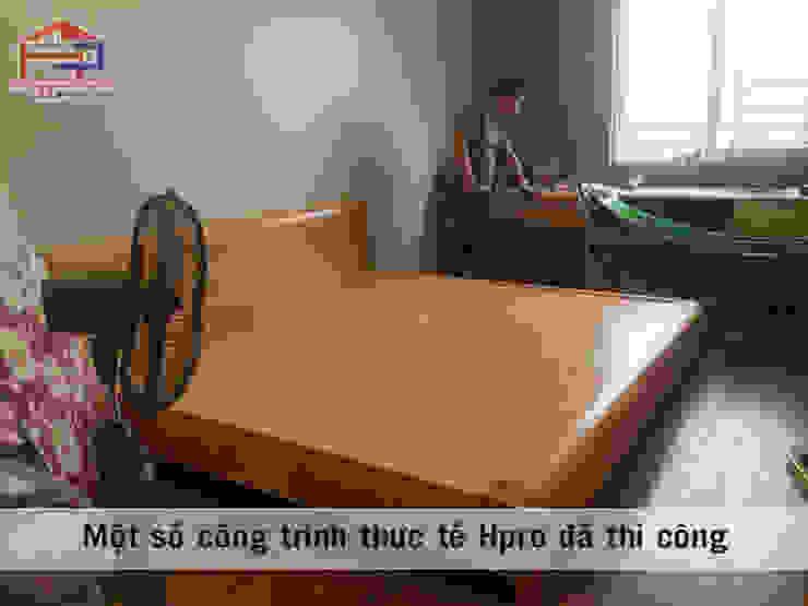 Ảnh thực tế giường ngủ gỗ sồi nga trong nội thất phòng ngủ của bé nhà anh Trọng ở Linh Đàm: Châu Á  by Nội thất Hpro, Châu Á
