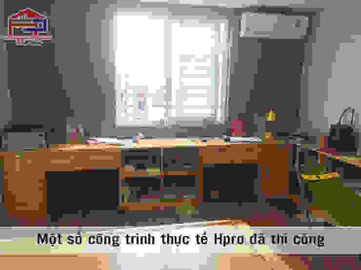 Ảnh thực tế bàn học gỗ sồi nga trong phòng ngủ của bé nhà anh Trọng ở Linh Đàm: Châu Á  by Nội thất Hpro, Châu Á