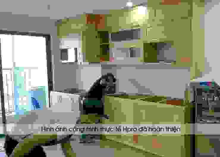 Ảnh thi công tủ bếp gỗ sồi nga nhà cô Huyền ở Trung Kính: hiện đại  by Nội thất Hpro, Hiện đại