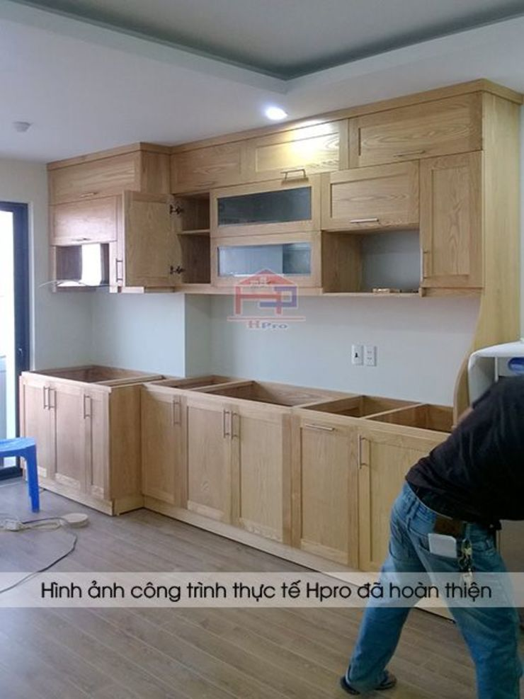 Ảnh thi công tủ bếp gỗ sồi nga màu vàng sáng nhà cô Huyền ở Trung Kính: hiện đại  by Nội thất Hpro, Hiện đại
