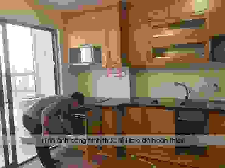Ảnh thực tế tủ bếp gỗ sồi nga nhà cô Huyền sau khi lắp đặt đầy đủ full các phụ kiện: hiện đại  by Nội thất Hpro, Hiện đại