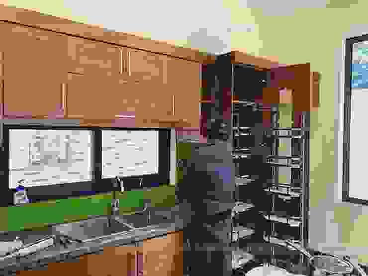 Ảnh thực tế hệ tủ kho 6 tầng trong bộ tủ bếp gỗ sồi mỹ nhà anh Việt ở Thái Nguyên: hiện đại  by Nội thất Hpro, Hiện đại