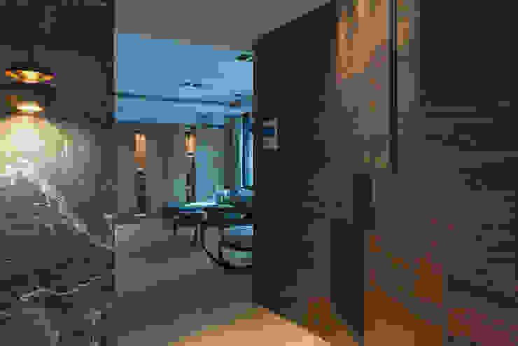 居家空間的光影變化 現代風玄關、走廊與階梯 根據 宸域空間設計有限公司 現代風