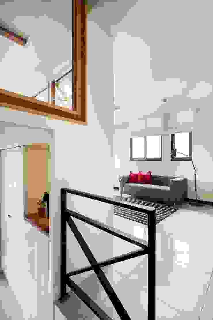 走廊有個大型置物櫃 乡村风格的走廊,走廊和楼梯 根據 弘悅國際室內裝修有限公司 鄉村風