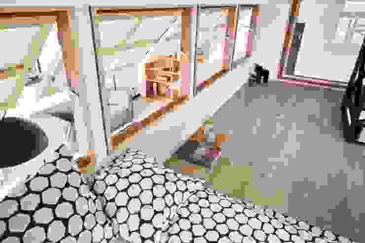 臥室做了外推窗,既有通風效果又能一眼望向客廳 根據 弘悅國際室內裝修有限公司 現代風