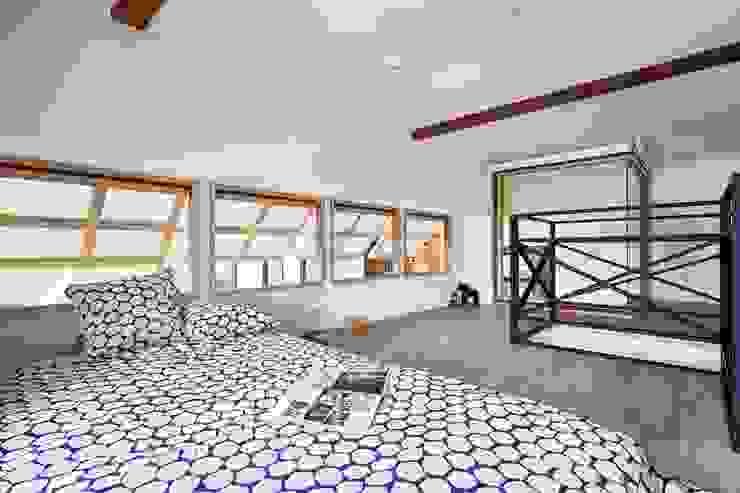 木頭窗框與黑色鐵件樓梯扶手搭配起來不衝突 根據 弘悅國際室內裝修有限公司 鄉村風
