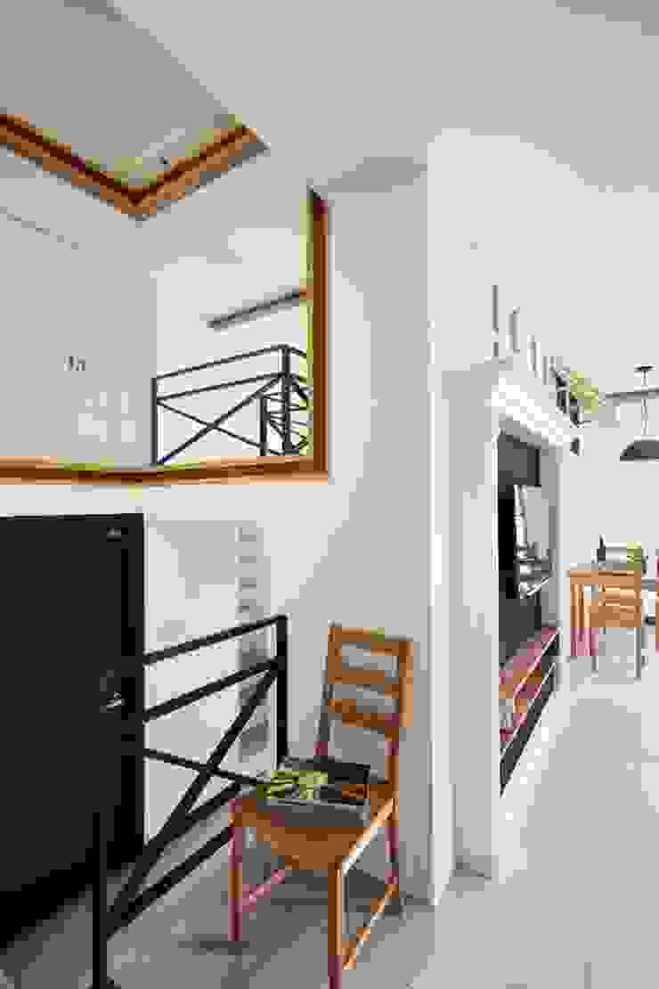 左方是通往浴室的門,往二樓的樓梯下方也有收納功能: 現代  by 弘悅國際室內裝修有限公司, 現代風