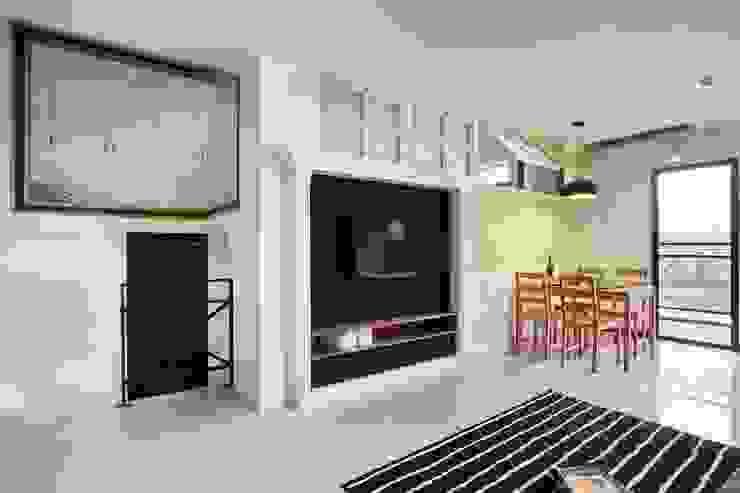 圖片左上方看的到二樓的收納櫃 现代客厅設計點子、靈感 & 圖片 根據 弘悅國際室內裝修有限公司 現代風
