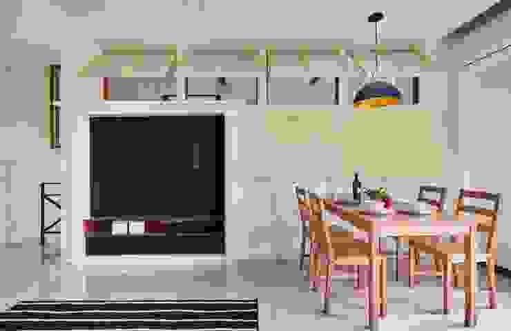 電視牆用壁爐造型帶出鄉村風的感覺 根據 弘悅國際室內裝修有限公司 鄉村風