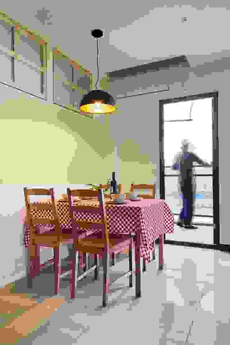餐廳牆面用蘋果綠帶出清新感 根據 弘悅國際室內裝修有限公司 鄉村風