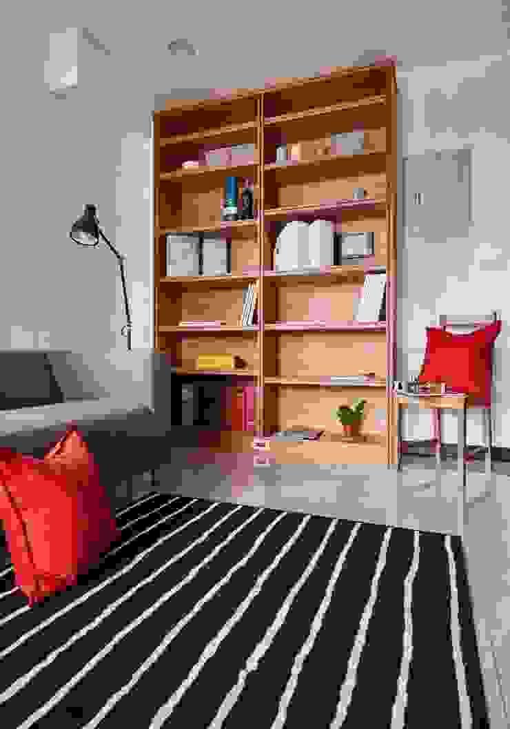 客廳牆面簡單放置書櫃 根據 弘悅國際室內裝修有限公司 鄉村風