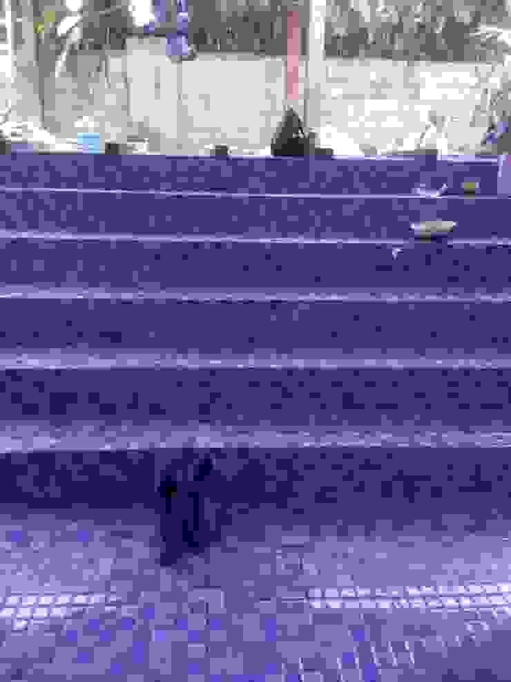 Pemasangan keramik mozaik di tangga kolam renang Oleh Pesona Banyu Biru Pool