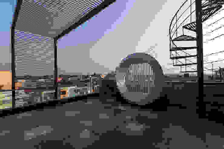 TakenIn Balkon, Beranda & Teras Modern
