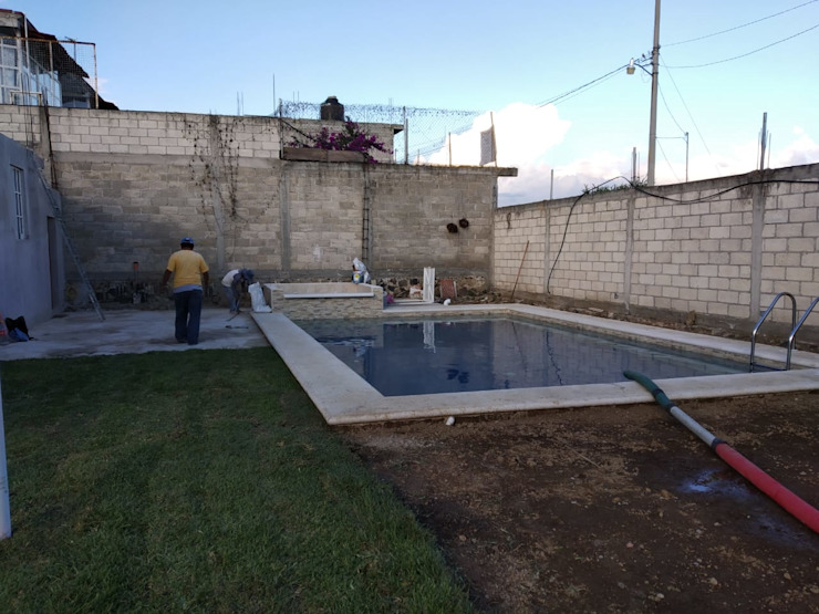 Construcción de Alberca y tina de hidromasaje:  de estilo  por Construcciones La Danta SA De CV