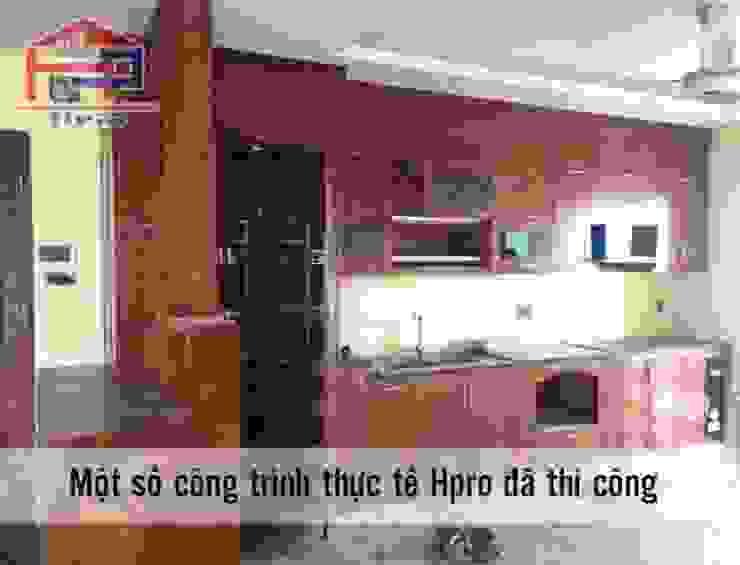 Ảnh thực tế tủ bếp gỗ xoan đào nhà chị Loan ở Thụy Khuê: hiện đại  by Nội thất Hpro, Hiện đại
