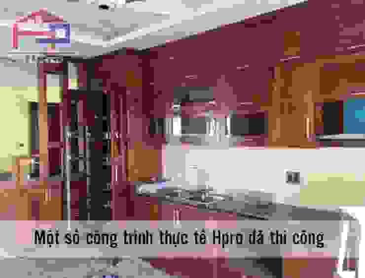 Hoàn thiện thi công tủ bếp gỗ xoan đào nhà chị Loan ở Thụy Khuê: hiện đại  by Nội thất Hpro, Hiện đại