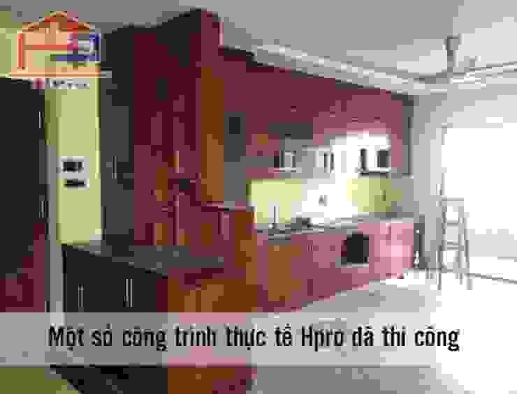 Ảnh thực tế tủ bếp gỗ xoan đào kèm vách ngăn nhà chị Loan ở Thụy Khuê: hiện đại  by Nội thất Hpro, Hiện đại
