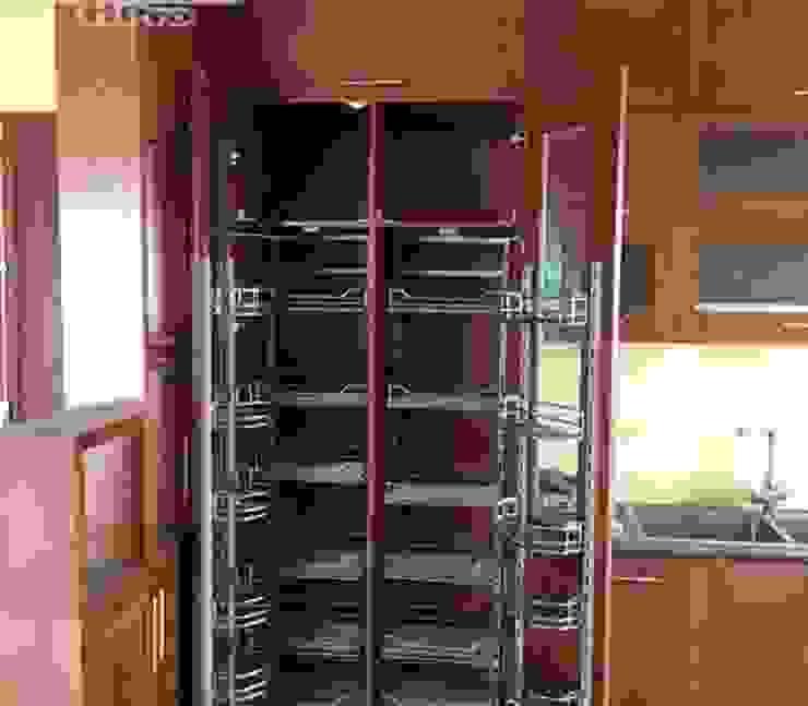 Ảnh thực tế tủ kho trong hệ tủ bếp gỗ xoan đào kịch trần nhà chị Loan ở Thụy Khuê: hiện đại  by Nội thất Hpro, Hiện đại