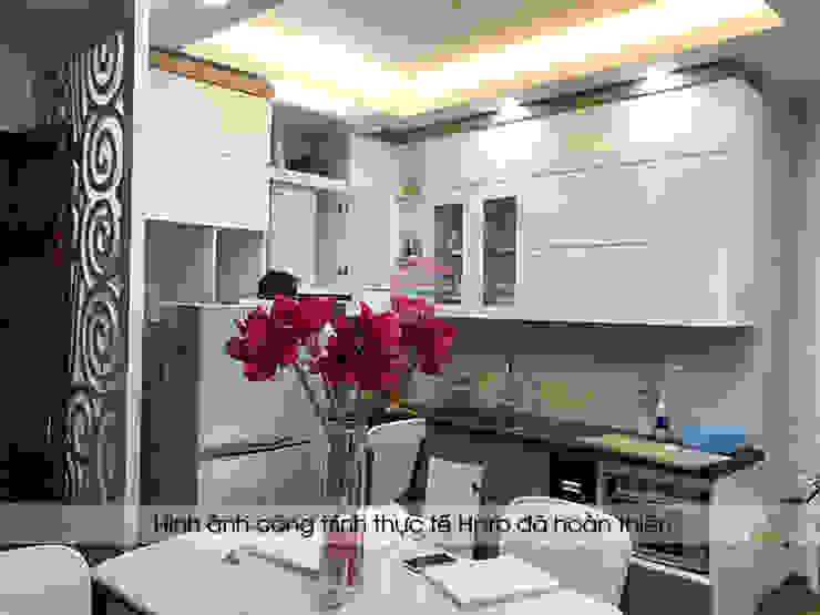Thiết kế tủ bếp acrylic kết hợp laminate hình chữ L giúp tối ưu diện tích nhà bếp nhà Mrs.Huyền ở Hoàng Cầu: hiện đại  by Nội thất Hpro, Hiện đại