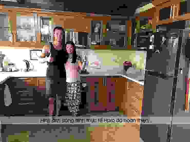 Khách hàng người nước ngoài vô cùng hài lòng khi trải nghiệm dịch vụ thiết kế và thi công tủ bếp gỗ sồi mỹ của Hpro: hiện đại  by Nội thất Hpro, Hiện đại