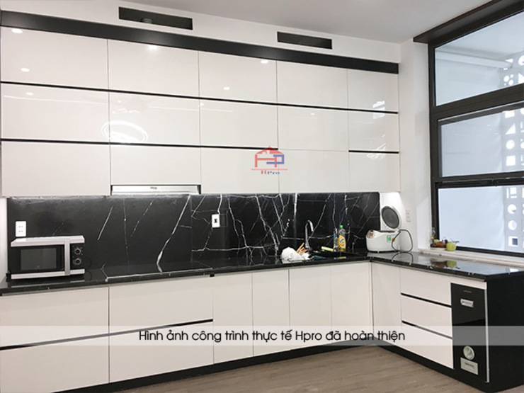 Ảnh thực tế tủ bếp acrylic đen trắng kịch trần nhà anh Thành ở Tuyên Quang: hiện đại  by Nội thất Hpro, Hiện đại