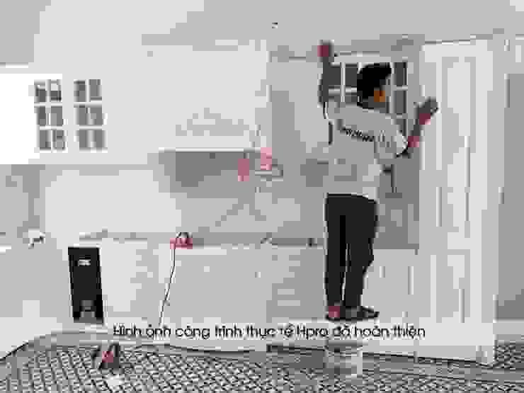 Ảnh thi công lắp đặt tủ bếp tân cổ điển MDF lõi xanh nhà chú Đạt ở Long Biên: scandinavian  by Nội thất Hpro, Bắc Âu