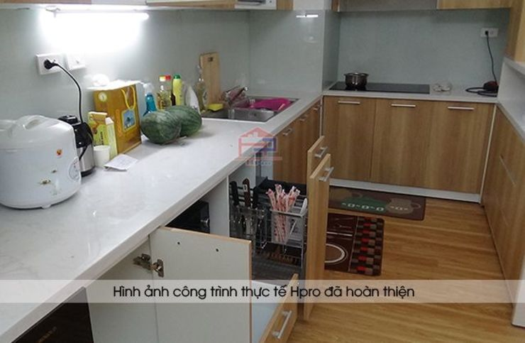 Ảnh thực tế phụ kiện và thiết bị trong hệ tủ bếp laminate nhà anh Lộc ở Cầu Giấy: hiện đại  by Nội thất Hpro, Hiện đại