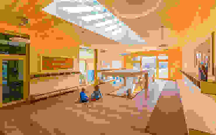 Halle mit Garderobe Moderne Schulen von archipur Architekten aus Wien Modern