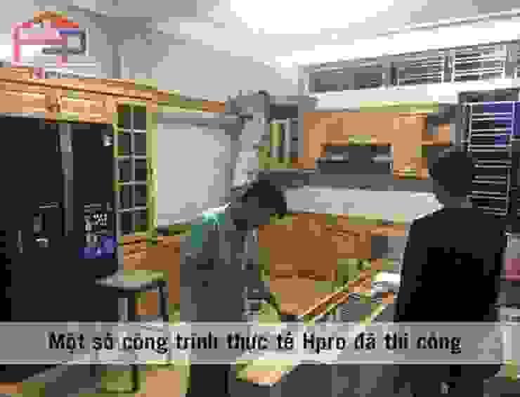 Thi công tủ bếp gỗ sồi nga nhà anh Khê tại Thái Bình: hiện đại  by Nội thất Hpro, Hiện đại
