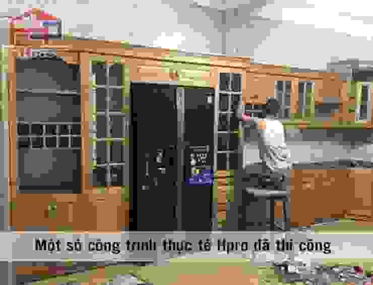 Lắp đặt tủ bếp gỗ sồi nga màu vàng sáng nhà anh Khê ở Thái Bình: hiện đại  by Nội thất Hpro, Hiện đại