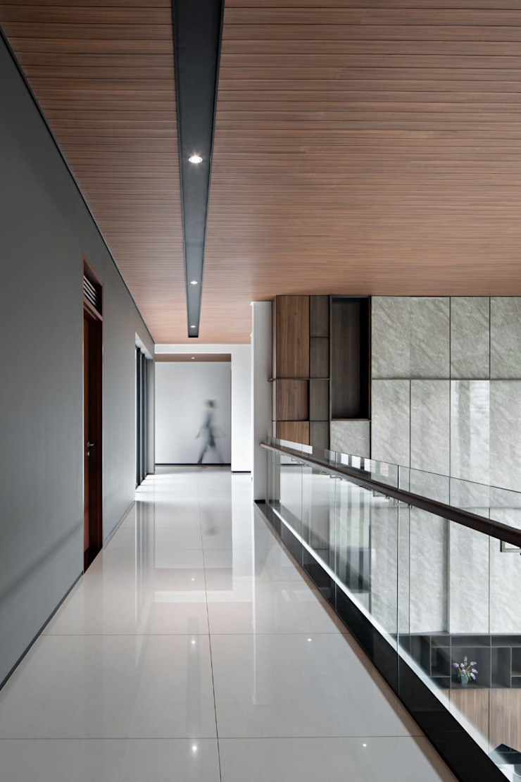 Gio House Bandung Koridor & Tangga Modern Oleh CV Berkat Estetika Modern Kayu Buatan Transparent