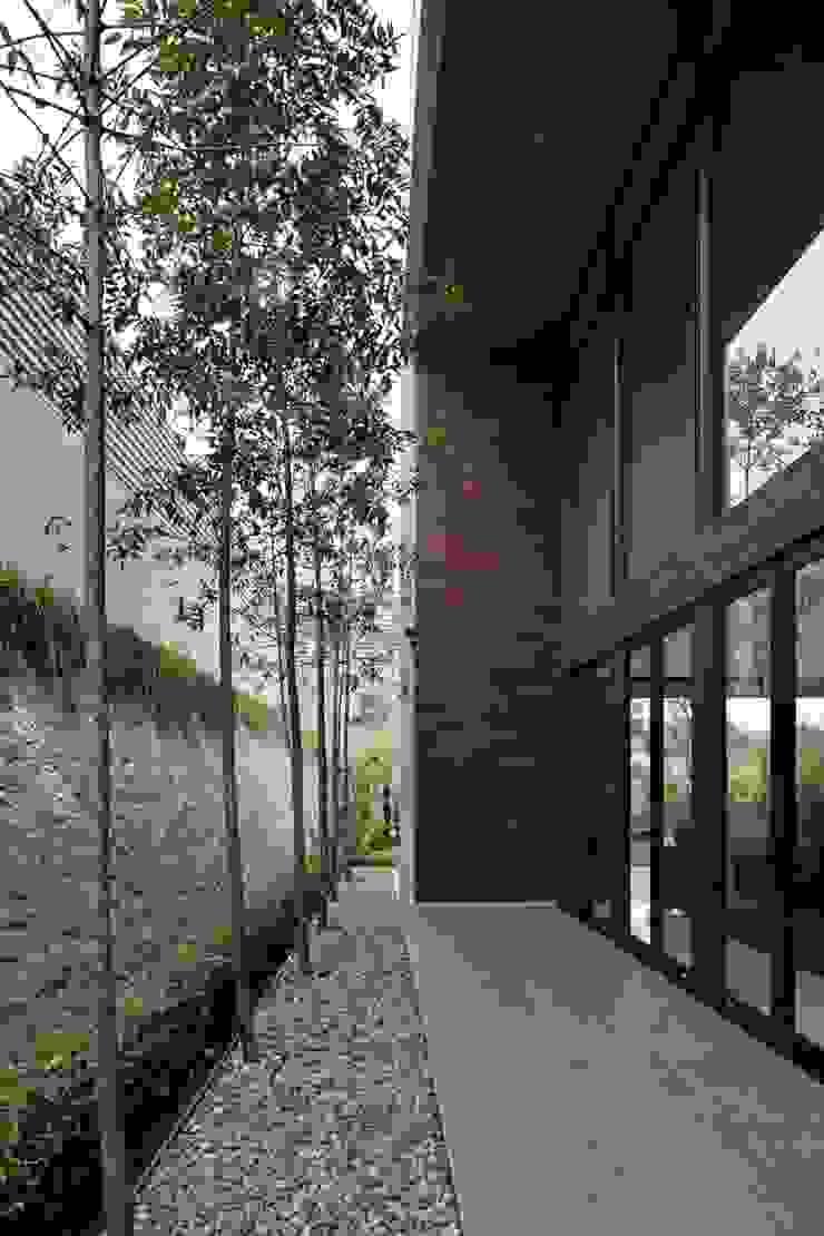 Gio House Setraduta Balkon, Beranda & Teras Modern Oleh CV Berkat Estetika Modern Batu