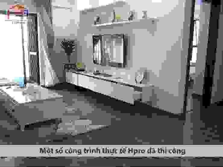 Ảnh thực tế nội thất phòng khách gỗ công nghiệp nhà chú Quang ở tòa Ruby1 Goldmark City: hiện đại  by Nội thất Hpro, Hiện đại