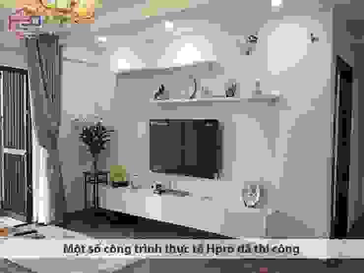 Ảnh thực tế kệ tivi melamine nhà chú Quang ở tòa Ruby1 Goldmark City: hiện đại  by Nội thất Hpro, Hiện đại