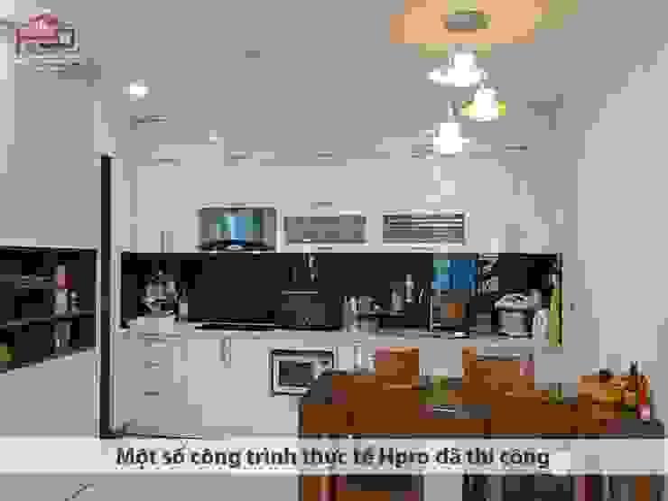 Ảnh thực tế tủ bếp acrylic chữ I nhà chú Quang ở tòa Ruby1 Goldmark City: hiện đại  by Nội thất Hpro, Hiện đại