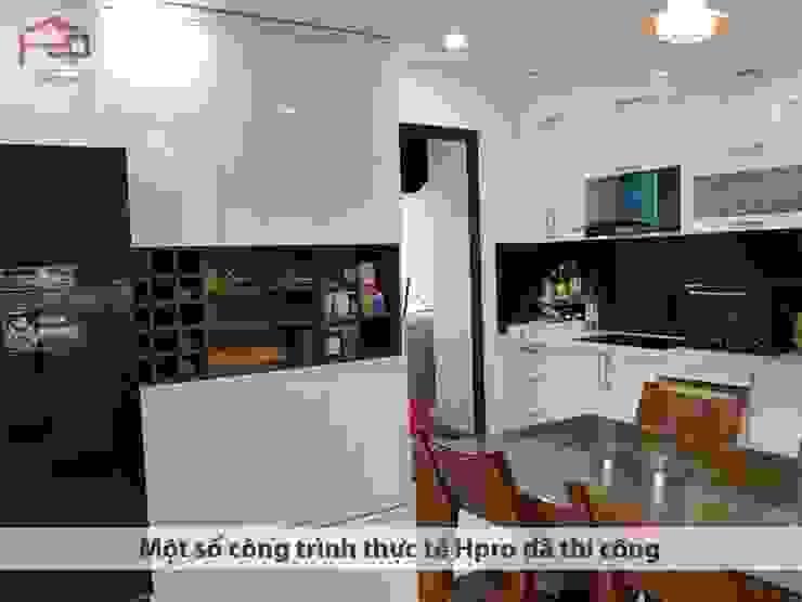 Ảnh thực tế tủ trang trí acrylic thùng tủ melamine nhà chú Quang ở tòa Ruby1 Goldmark City: hiện đại  by Nội thất Hpro, Hiện đại