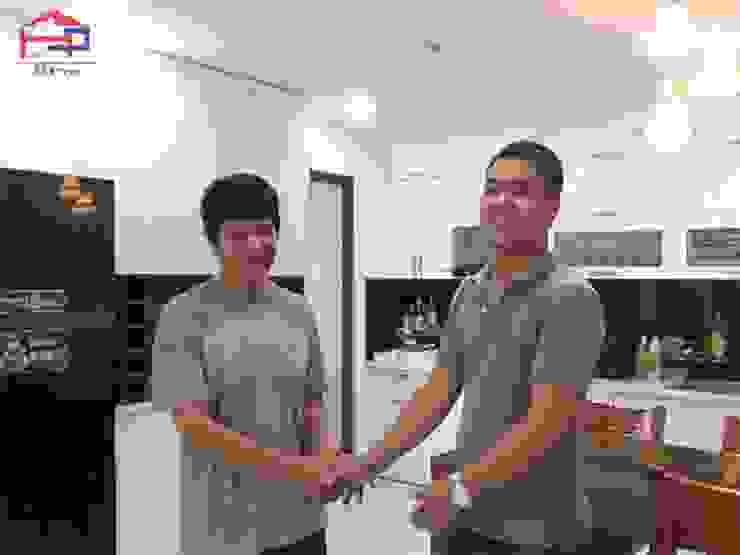 Gia đình chú Quang vô cùng hài lòng khi được trải nghiệm dịch vụ thi công và thiết kế nội thất tổng thể căn hộ của gia đình: hiện đại  by Nội thất Hpro, Hiện đại