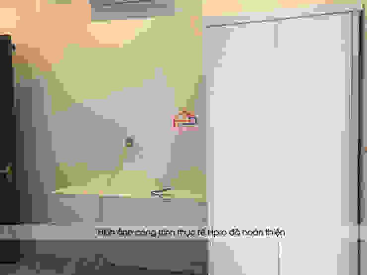 Ảnh thực tế tủ quần áo và kệ tivi melamine màu trắng trong phòng ngủ nhà anh Trí ở Nam Định: hiện đại  by Nội thất Hpro, Hiện đại