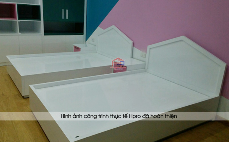Ảnh thực tế giường ngủ gỗ melamine trắng trong nội thất phòng ngủ 2 bé nhà chị Hương ở Sơn La: hiện đại  by Nội thất Hpro, Hiện đại
