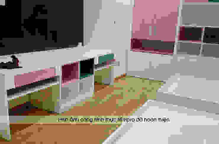 Ảnh thực tế bàn học trong nội thất phòng ngủ 2 bé nhà chị Hương ở Sơn La: hiện đại  by Nội thất Hpro, Hiện đại