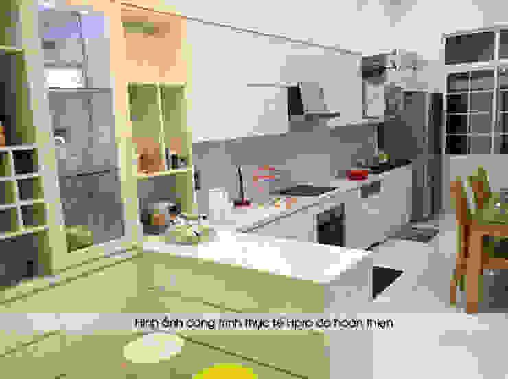 Ảnh thực tế tủ bếp acrylic kèm bàn đảo nhà chị Thu ở Long Biên: hiện đại  by Nội thất Hpro, Hiện đại