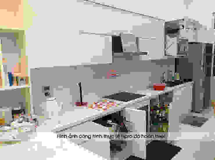 Ảnh thực tế tủ bếp acrylic màu trắng sau khi được lắp ráp đầy đủ phụ kiện và thiết bị nhà chị Thu ở Long Biên: hiện đại  by Nội thất Hpro, Hiện đại
