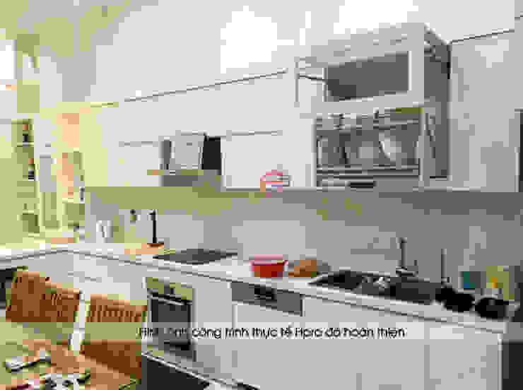Ảnh thực tế tủ bếp acrylic chữ I màu trắng nhà chị Thu ở Long Biên: hiện đại  by Nội thất Hpro, Hiện đại